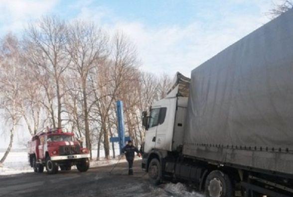 На Вінниччині вантажівка з'їхала у кювет. Водій каже, погана дорога