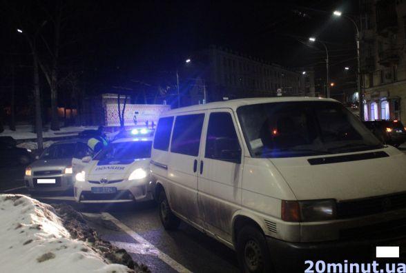 """На площі Гагаріна вантажний """"Фольксваген"""" врізався у легковик"""