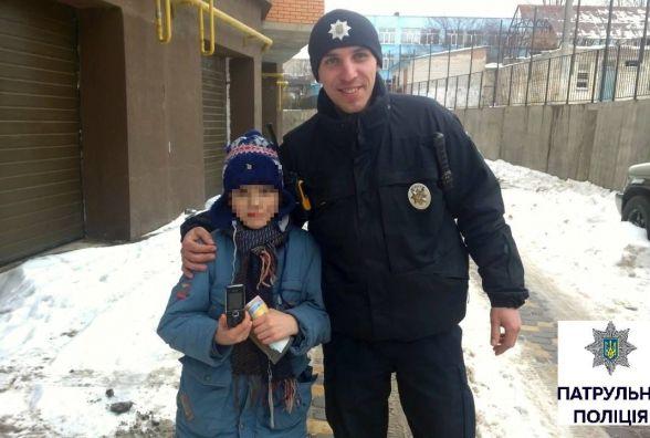 На Київській 8-річний школяр загубив у снігу телефон та плакав