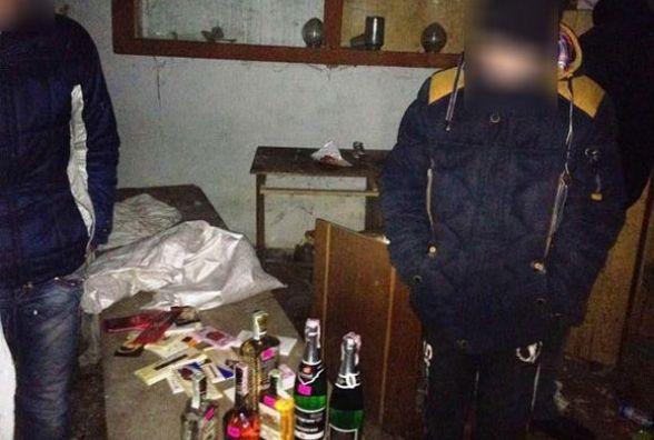 Вино, коньяк, сигарети та шоколадки: підлітки пограбували магазин (ФОТО)