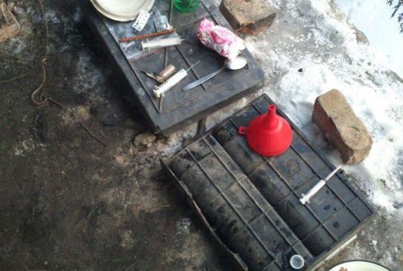 На Складській вінничанин варив наркотики посеред гаражів (ФОТО)