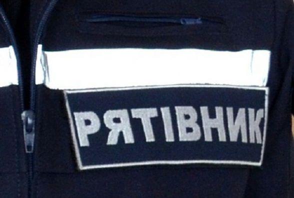 Неподалік Вінниці п'ять рятувальників витягували на дорогу іномарку