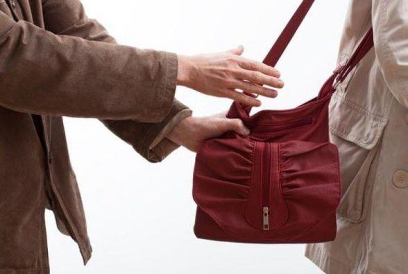 У Козятині п'яний чоловік напав на жінку та намагався вирвати з її рук сумочку