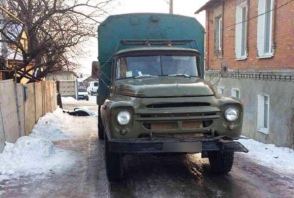 У Жмеринці вантажівка насмерть збила молоду дівчину. Вона йшла по краю дороги