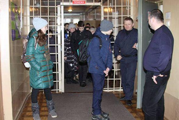 Вінницьких семикласників завезли в слідчий ізолятор… На екскурсію (ФОТО)