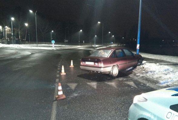 Вночі на дорозі, як скло, водій «Опеля» зарулював прямо у стовп