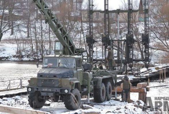 В Сутисках на Вінниччині військові зводять 72-метровий міст через річку