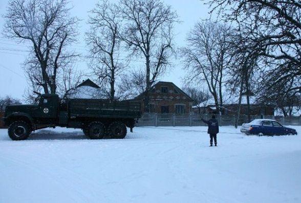 Наслідки снігопаду: в Якушинцях «Краз» витяг два легковика, що застрягли