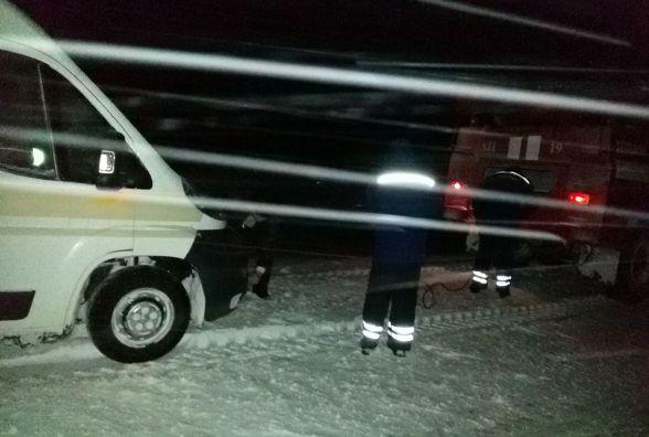 На Вінниччині замело три вантажівки, дві «швидкі» та один легковик