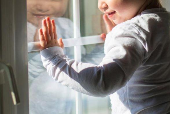 Вночі чотирирічна дівчинка випала з балкону. Матір в цей час танцювала в нічному клубі