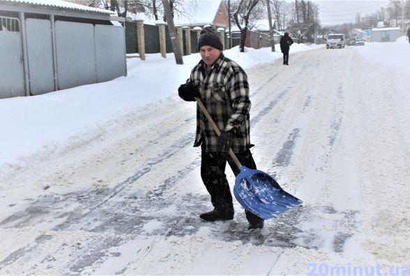Сніжний маршрут: як і хто бореться зі снігом, показуємо у гіфках
