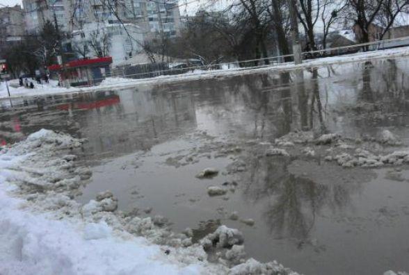Прорив водогону в Вінниці: з приватного будинку відкачали понад 20 кубів води