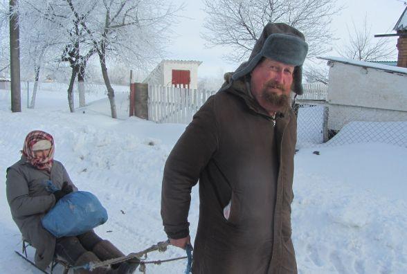 Зима у Вовчинцях: бабуся на санях, рибалка – на авто марки «Вона без нього не поїде»