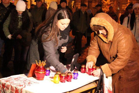 «Ми живі!»: у Вінниці свічками та молитвою згадали загиблих на Майдані