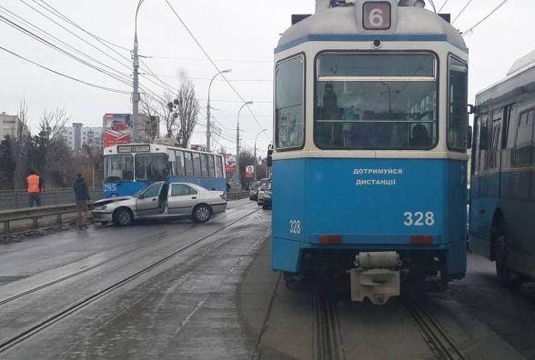 ДТП на центральному мосту: Peugeot протаранив вінницький тролейбус (ФОТО)