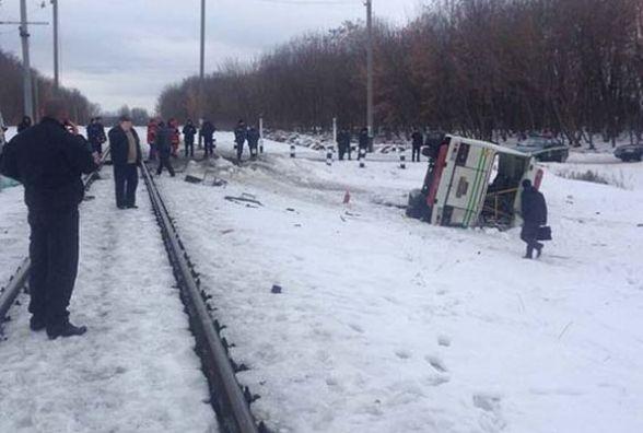 В Калинівці автобус зіткнувся з поїздом. Водій загинув (ФОТО з місця ДТП)