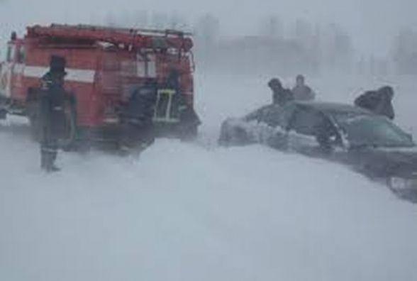 Вночі на полі в сніговому заметі застряг «Ford Galaxy» з жінкою та дитиною