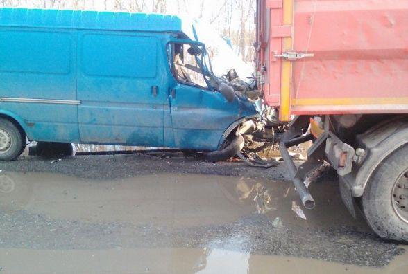 На Вінниччині «Ford TRANSIT» врізався в вантажівку. Пасажирку звільняли рятувальники (ФОТО)