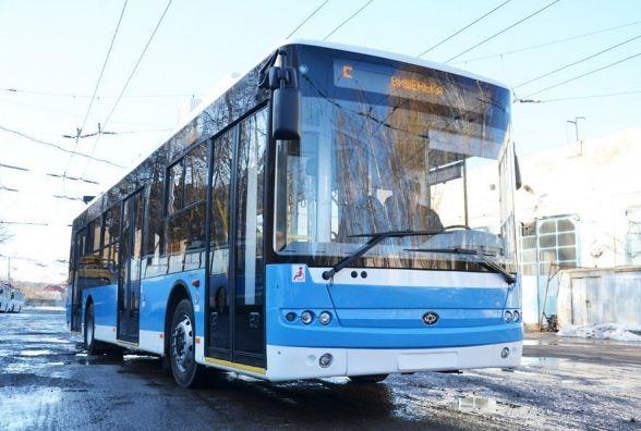 На Келецькій у тролейбусі розбили заднє скло. Може камінь, а може хто спеціально