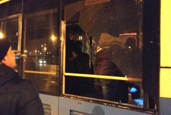 На зупинці «Вишенька» обстріляли тролейбус? Поліція з'ясовує деталі