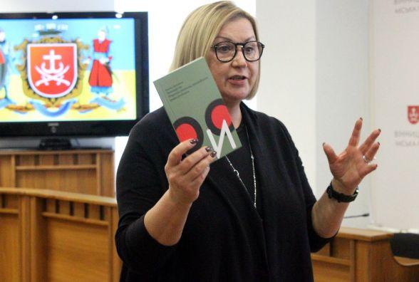 """Вінницькі школи отримали підбірку книг від редактора газети """"День"""" Лариси Івшиної"""