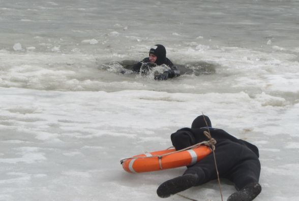 З-під криги на Бугу рятували трьох водолазів: виходити на лід вже вкрай небезпечно