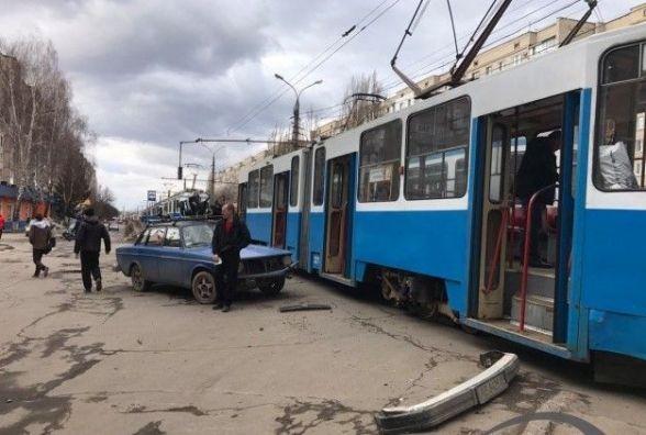 У Вінниці на Келецькій  легковик врізався у трамвай «№2» (ФОТО)