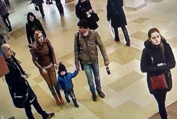 Пара з дитиною поцупила чужу сумку з лавки у Скайпарку (ФОТО)