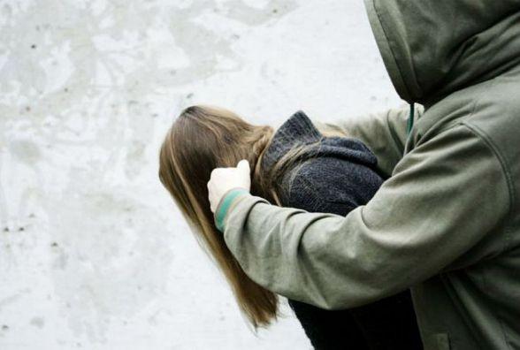 На вулиці Острозького грабіжник напав на 20-річну дівчину