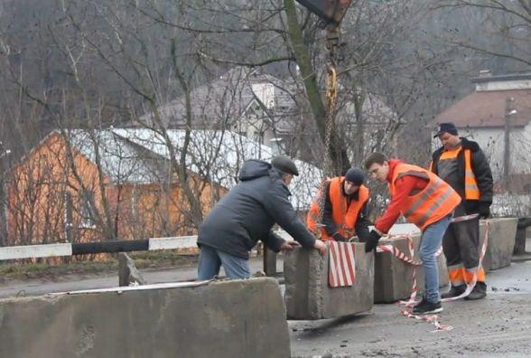 """""""За три дні нічого не зробили"""". Київський міст почали ремонтувати?"""