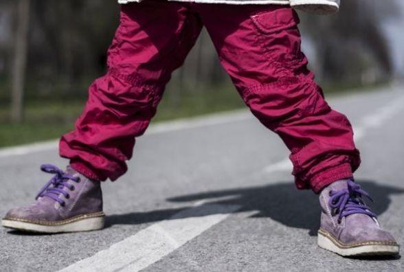 На Антонова семирічна дівчинка переходила дорогу та потрапила під автівку
