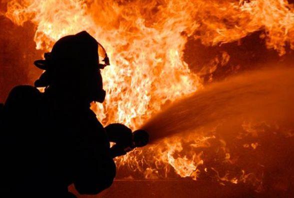 Вночі в селі Печера троє рятувальників гасили пожежу на базарі