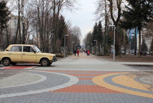 Фонтан та кришталевий замок. Проспект Космонавтів планують відкрити до 1 травня