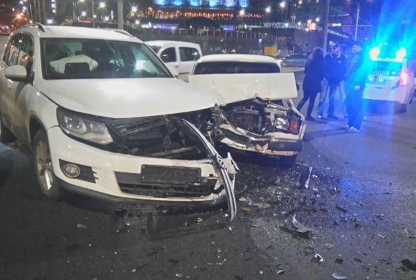 На площі Гагаріна «ВАЗ» врізався у «Фольксваген». Двох людей забрала «швидка» (ФОТО)
