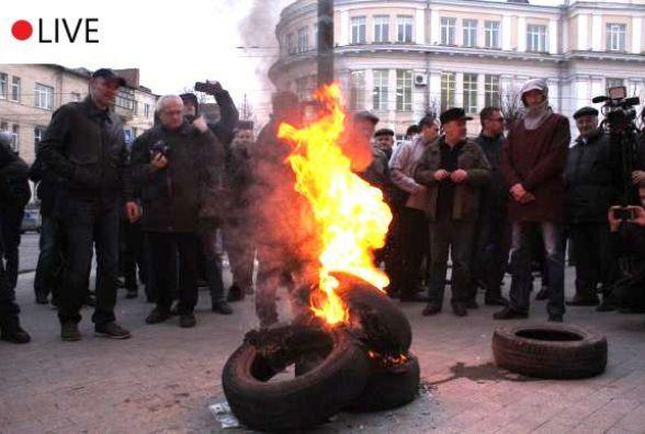 Другий день протестів у Вінниці. Активісти дороги не перекривали, а депутати підписали звернення
