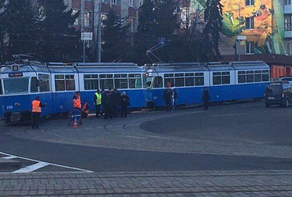 Біля Універмагу трамвай №6 не вписався в поворот та з'їхав з колії (ФОТО)