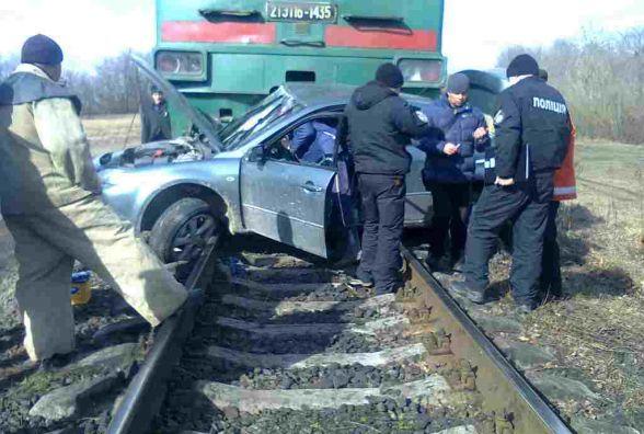 ДТП на переїзді: поїзд протягнув «Mazda» близько 200 м. Водій в важкому стані (ФОТО)
