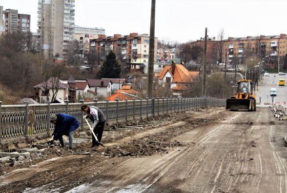 «На двадцять людей ще роботи немає». Чому так повільно ремонтують Київський міст?
