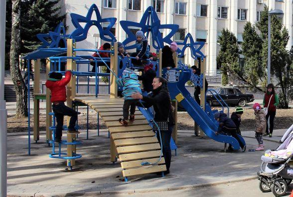 Малеча захопила проспект. На Космонавтів встановили дитячі майданчики (ФОТО)