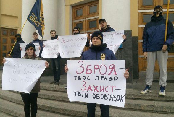 Пістолет у кожну хату? Хто і як в Україні може купити собі зброю