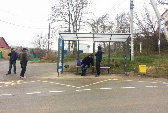 На нових зупинках у Вінниці люди чекають автобуси під навісом та на лавочках