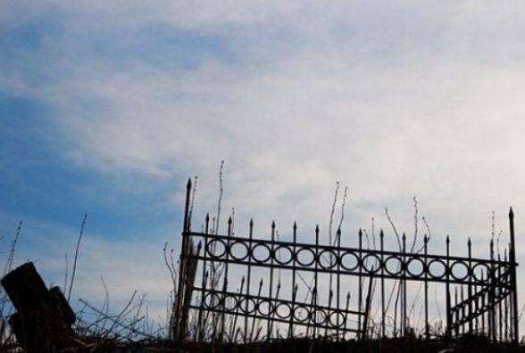 Сім років за гратами загрожує вінничанину за безчинства на кладовищі