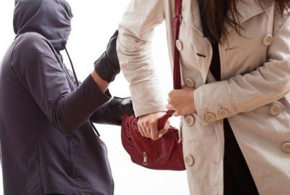 Нахабний грабіжник вирвав сумку в вінничанки. Його «підвело» кохання