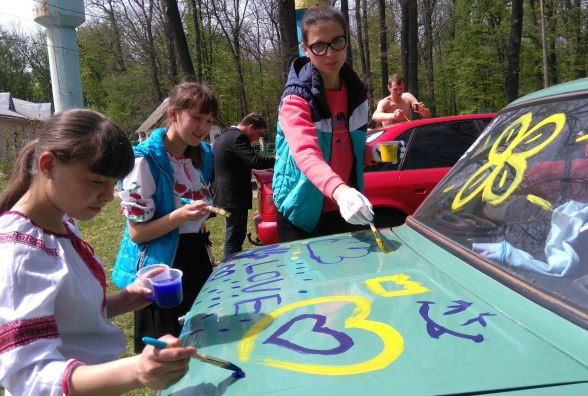 Поки водії працювали лопатами,  діти розмальовували їхні машини фарбою (ВІДЕО)