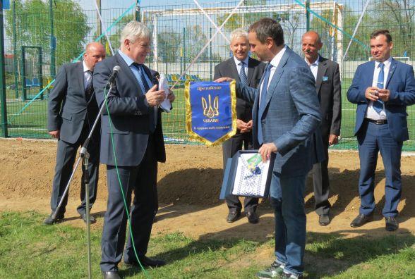 Сучасний футбольний майданчик у Сосонці відкривав президент ФФУ