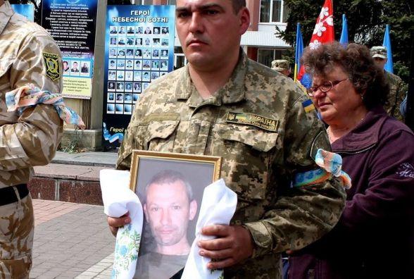 «Чому ти мене покинув?» - матір прощалася з Героєм АТО Олександром Штейком (ФОТО)