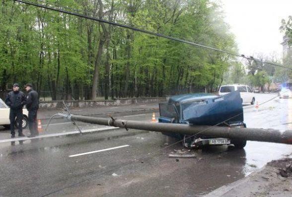 Тягнибок став свідком аварії у Вінниці, де «ВАЗ» зніс електроопору (ФОТО)