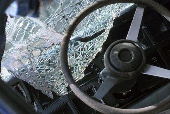 ДТП на Вінниччині: «ВАЗ» влупився в дерево, водія вирізали рятувальники