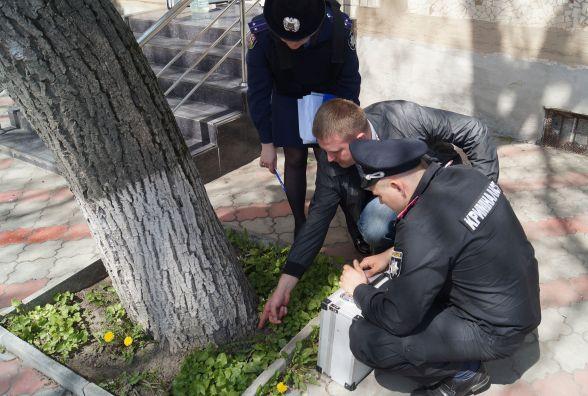 Журналісти знайшли наркотик біля криміналістичного центру. Що робить поліція?