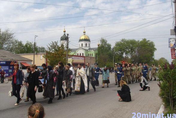 Гніванчани на колінах провели загиблого учасника АТО Михайла Лисака (ФОТОРЕПОРТАЖ)